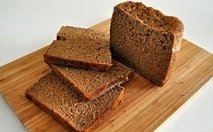 Устраняет сивушные масла хлебом